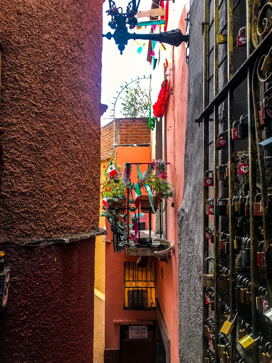 el callejon del beso, the alleyway of the kiss in Guanajuato