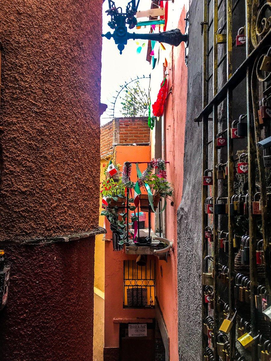 el callejon del beso, the alleyway of the kiss in Guanajuato