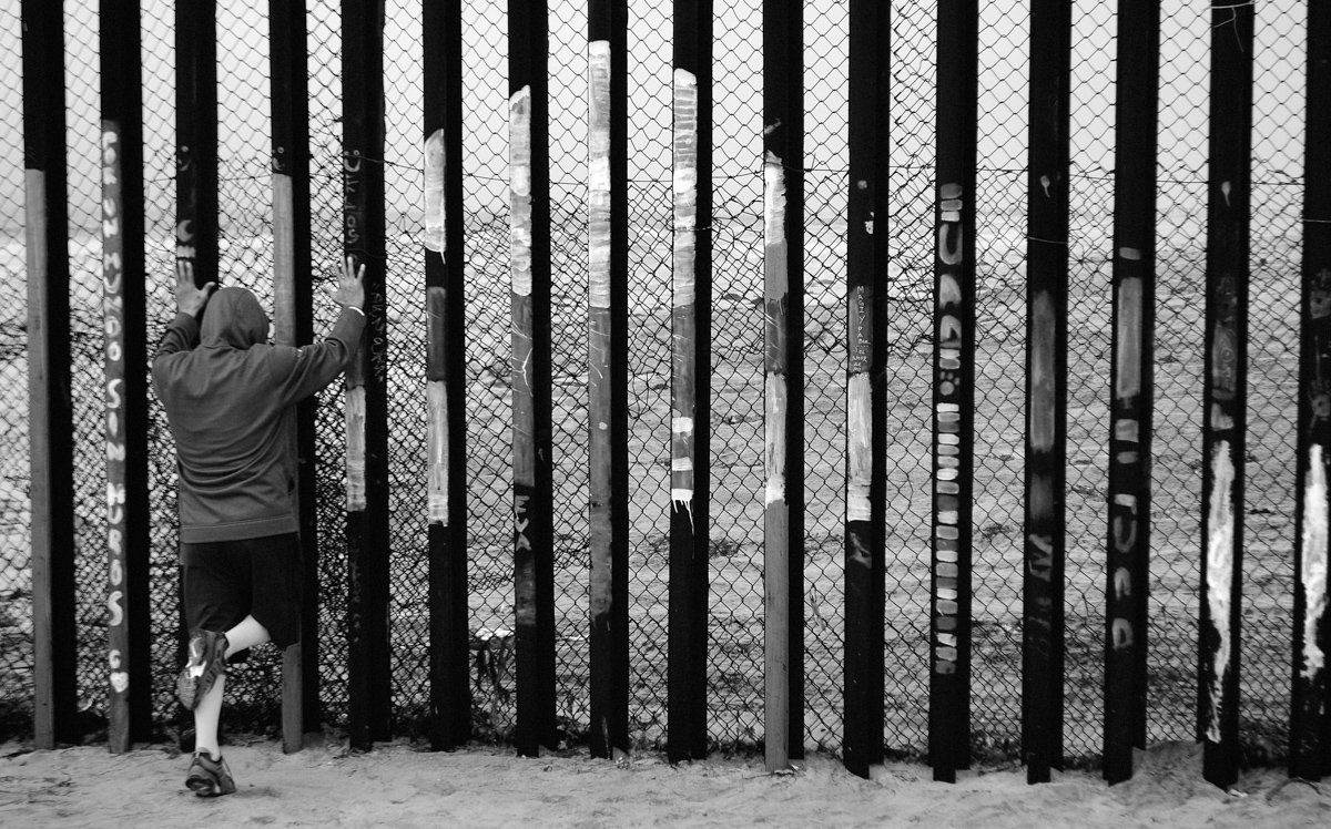 man on the border in tijuana like the movie about mexico sin nombre